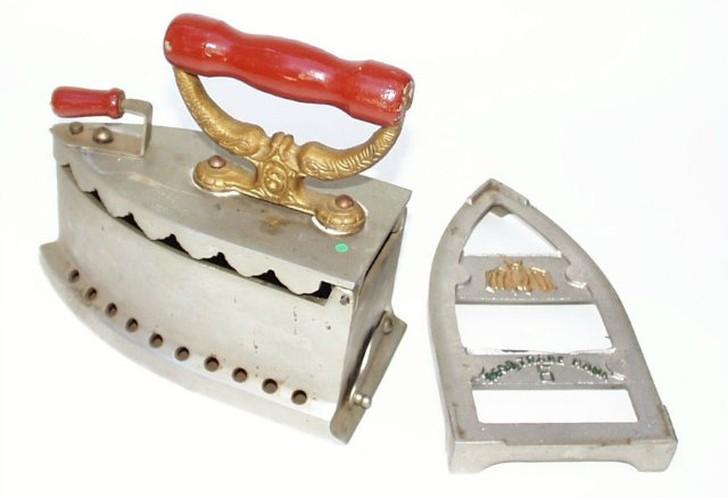 В 19 веке изобрели многофункциональный угольный утюг, который мог не только гладить но и колоть орехи. В качестве чего еще использовали такой утюг?