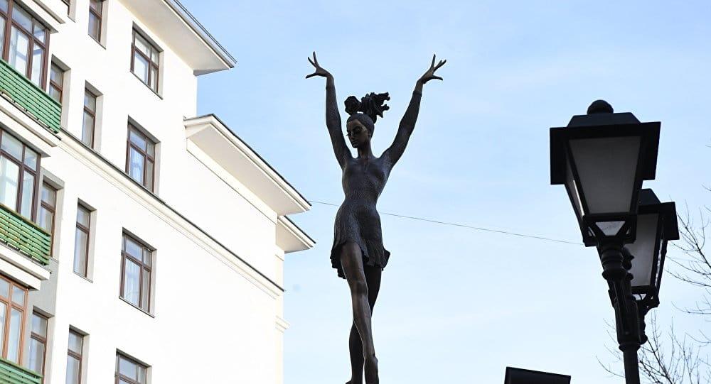 В каком образе увековечил Майю Плисецкую автор памятника, открытого в Москве в ноябре 2016 г.