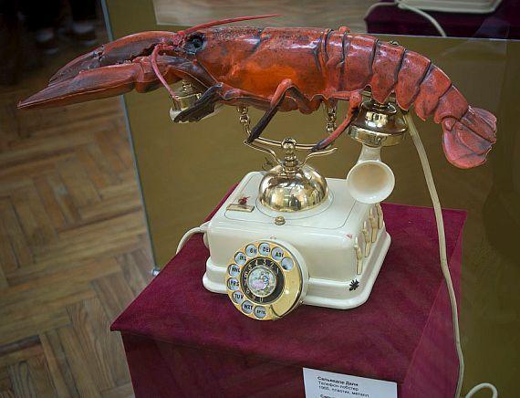 Кого Сальвадор Дали поместил на телефонную трубку на одной из своих скульптур?