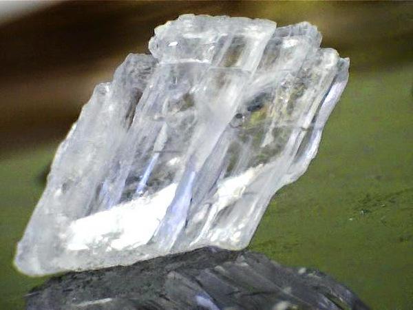 """Какой минерал образует красивую прозрачную разновидность """"марьино стекло""""?"""